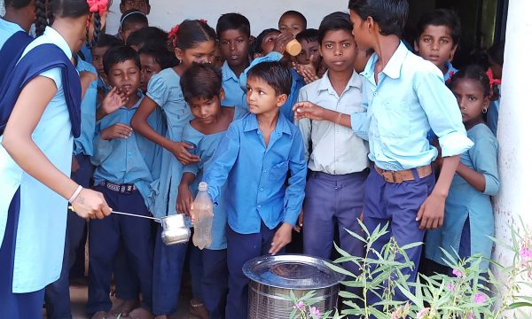 Wasser für die Schüler des St. Francis Internats
